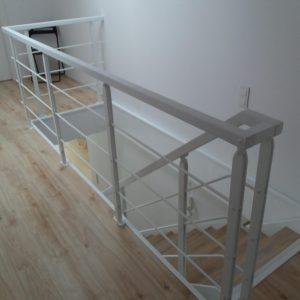 Nowoczesne schody z metalowym policzkiem