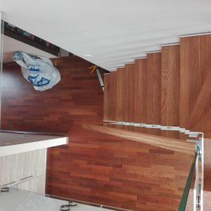Schody Tokyo, stopnie dębowe olejowane pod podłogę, balustrada szkło z pochwytem
