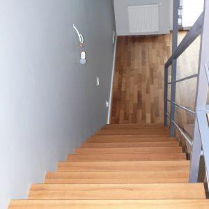 Stylowe schody półkowe jesionowe bejcowane