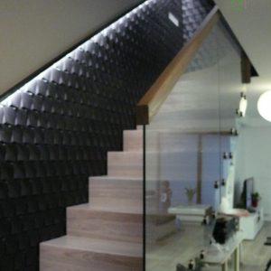 Schody dywanowe dębowe ze szklaną balustradą