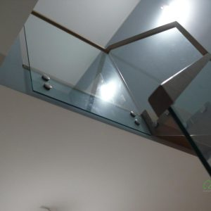 Schody dywanowe bukowe ze szklaną balustradą