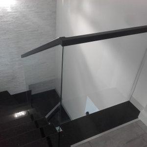 Balustrada szklana z czarnym pochwytem