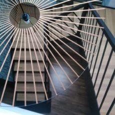 Schody  nowoczesne Dubaj – to schody z balustradą wycinaną w technologi cyfrowej CNC.